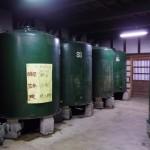 酒蔵に並ぶ酒樽